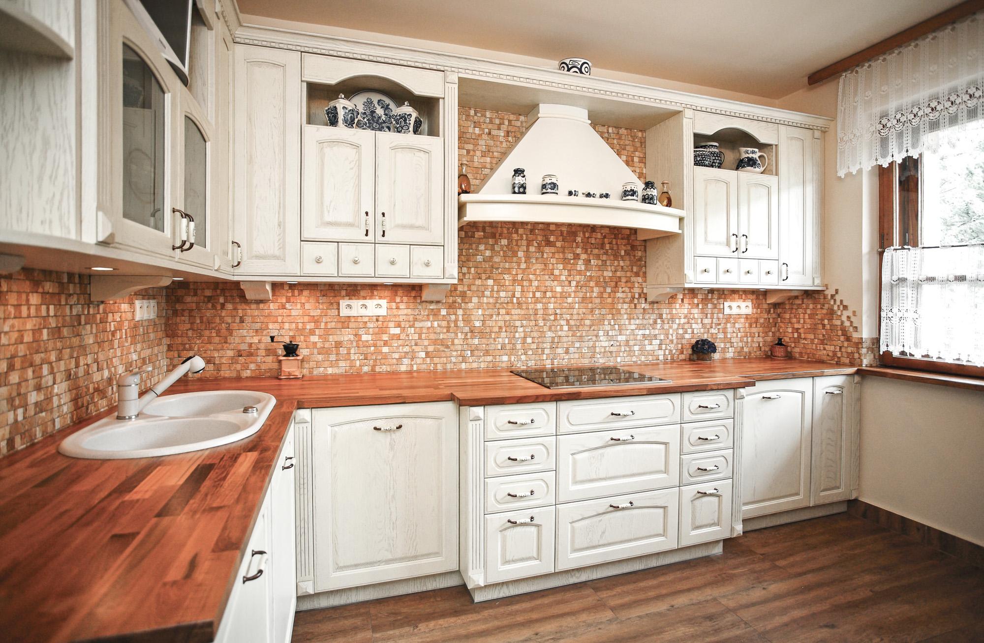 Kuchnia romantyczna – lite drewno lakierowane
