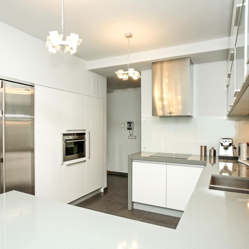 kuchnia-nowoczesna-biała-metal-kuchnie-na-zamówienie-baum-centrum
