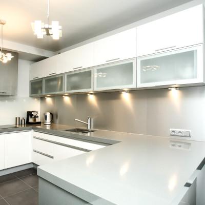 kuchnia-nowoczesna-biała-metalowe-dodatki-kraków-baum-centrum