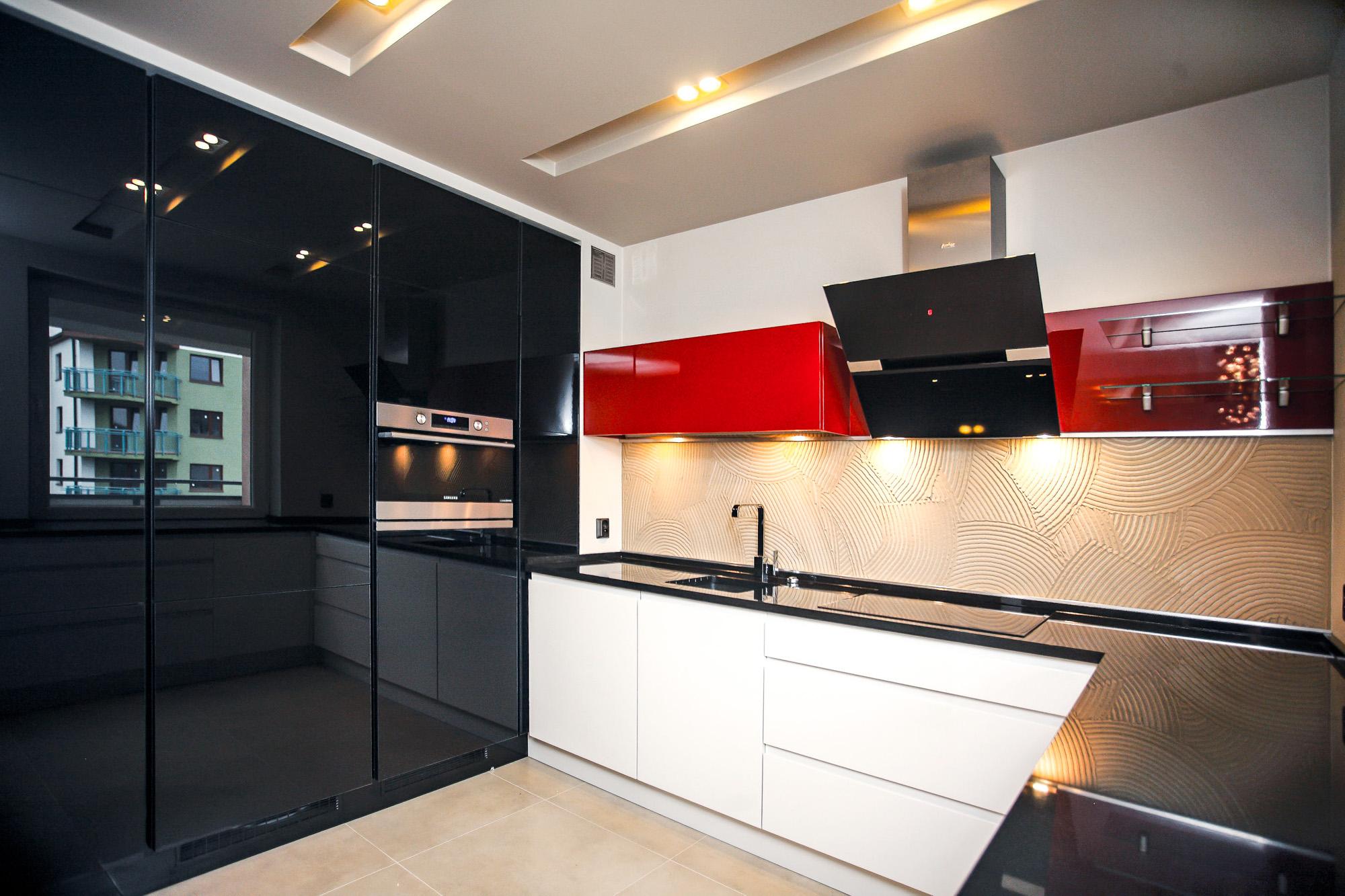 Kuchnia nowoczesna – zestawienie bieli, czerni i czerwieni