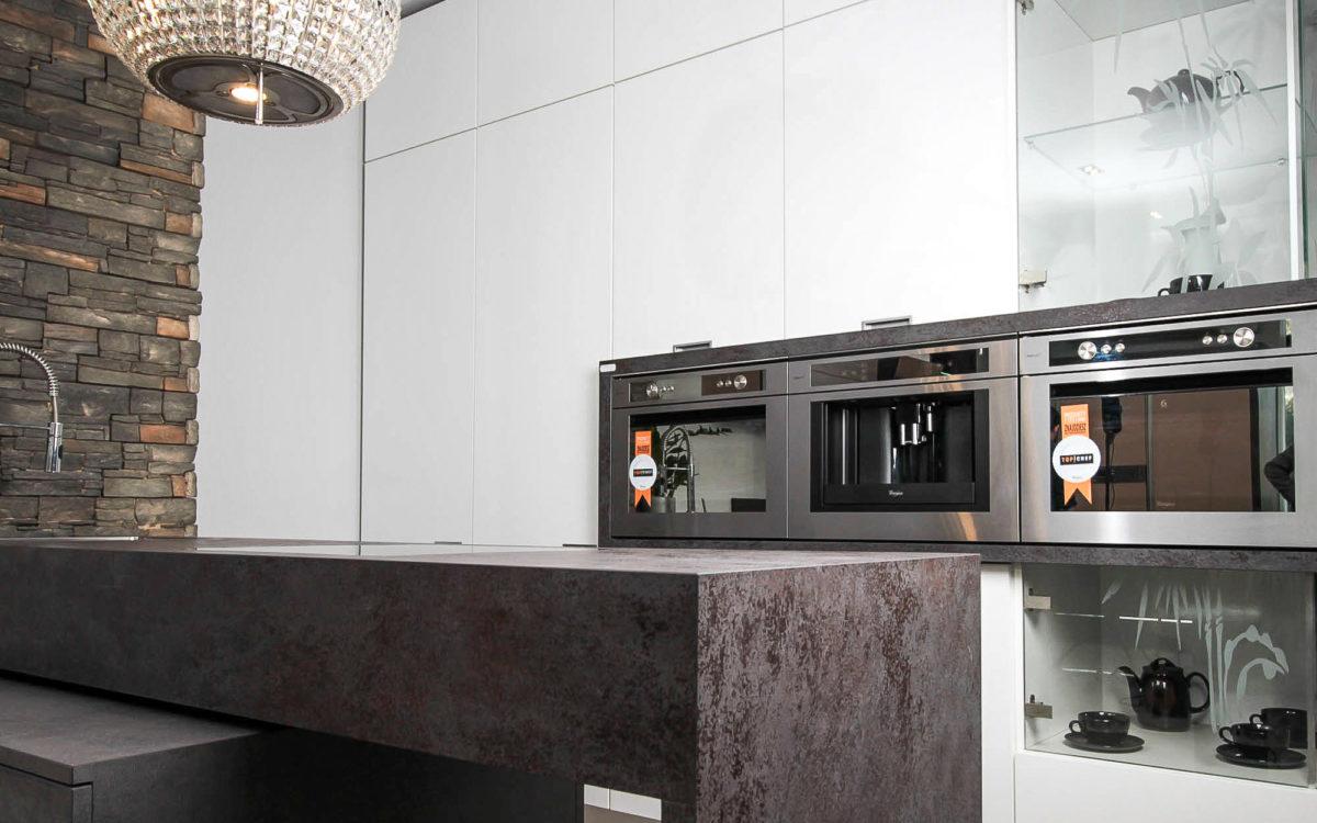 kuchnia-nowoczesna-spieki-kwarcowe-biały-laminat-baum-centrum-kraków
