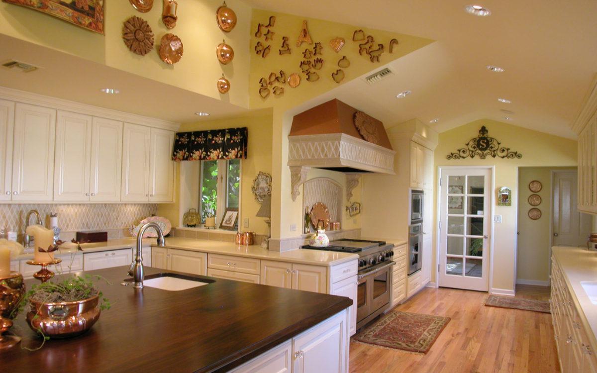 klasyczna-retro-kuchnia-z-dużą-wyspą-na-środku