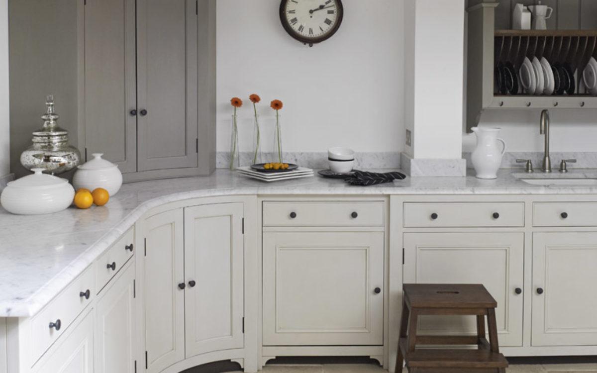 kuchnia-retro-klasyczna-z-szafką-narożną-i-blatem-granitowym
