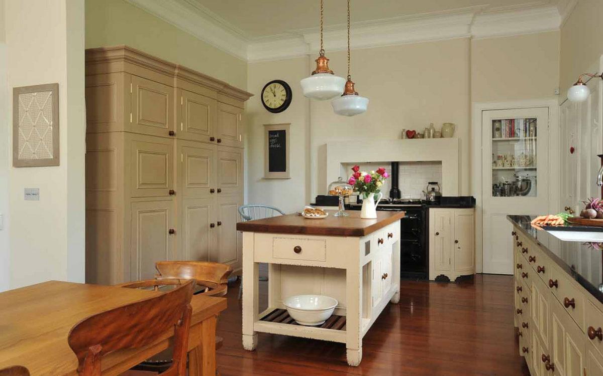 kuchnia-retro-z-szafą-i-wyspą-meble-kuchenne-kraków