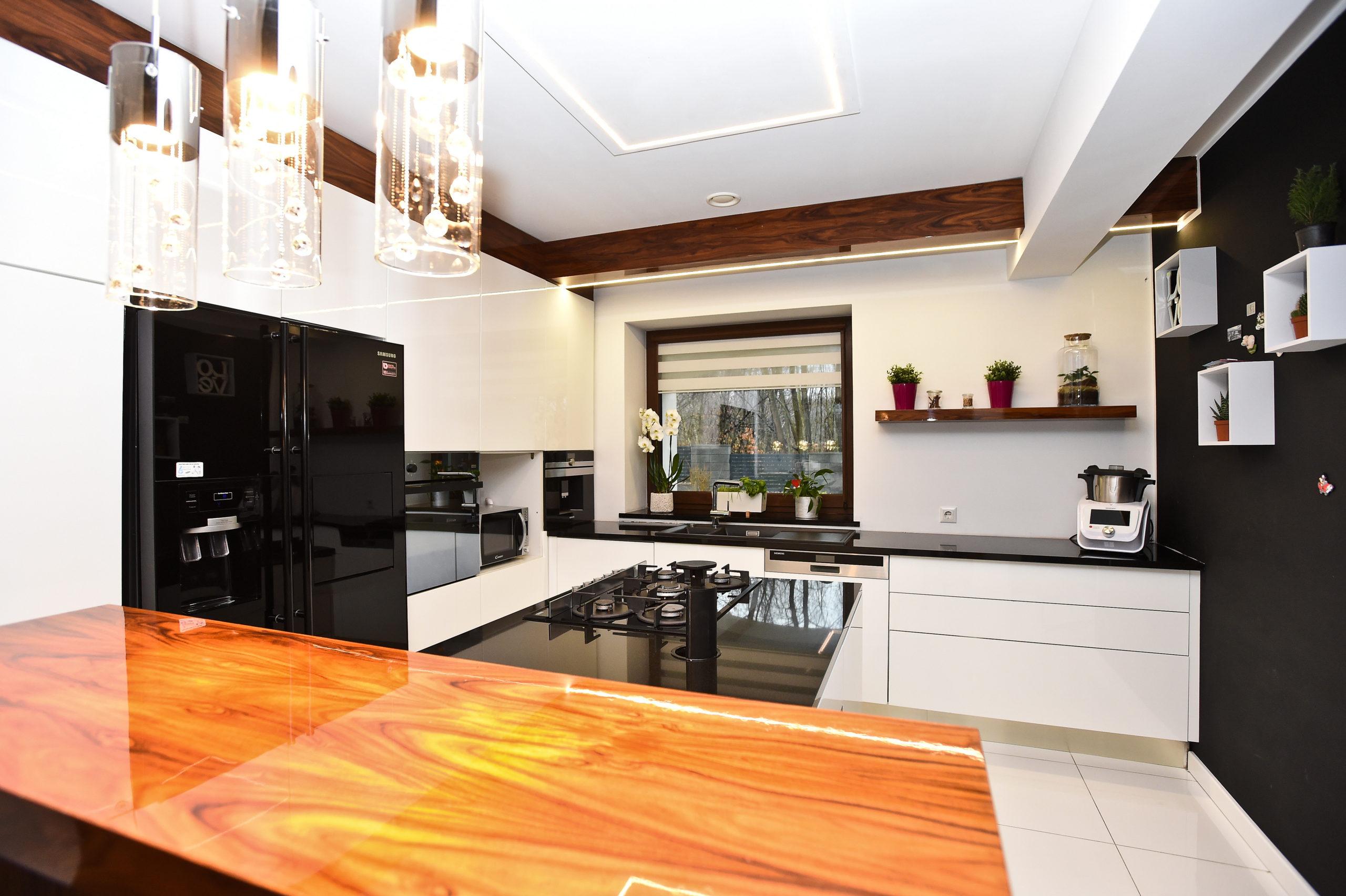 Kuchnia nowoczesna – biel i drewno lakierowane